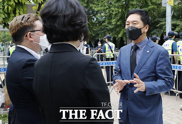 자영업자 비대위와 대화 나누는 김기현 원내대표.