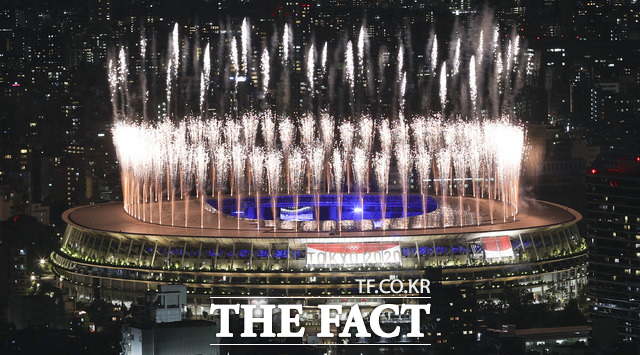 2020 도쿄올림픽의 폐회식 불꽃이 도쿄 도심을 수놓고 있다.