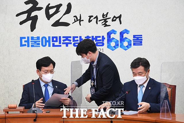 창당 66돌, 회의 준비하는 송영길 대표와 윤호중 원내대표.