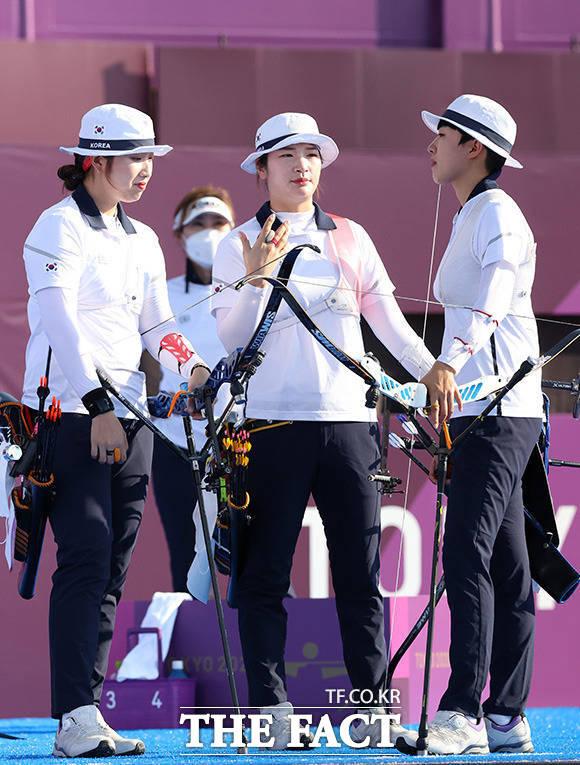 올림픽 단체전 9연패로 새역사 쓴 장민희와 강채영, 안산(왼쪽부터).