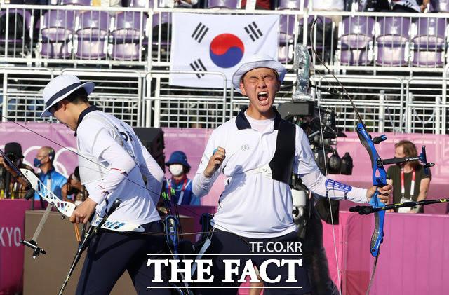 파이팅!을 외치며 대한민국에 첫 금메달을 안긴 안산(왼쪽)과 김제덕.