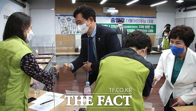 송영길 더불어민주당 대표(가운데)가 17일 오전 서울 중구 을지로 코로나 전담병원(국립중앙의료원)을 방문해 보건의료 노동자들과 인사하고 있다. /국회사진취재단
