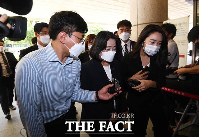정의기억연대 후원금 유용 혐의 등으로 기소된 윤미향 무소속 의원이 17일 오후 서울 마포구 서울서부지방법원에서 열린 2차 공판에 출석하고 있다. /이동률 기자