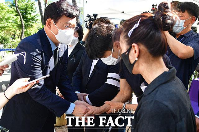 비대위 관계자 위로하는 송영길 대표.