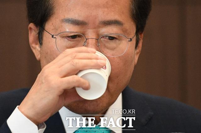 국민의힘 대선 주자 홍준표 의원이 조국 전 법무부 장관에 대한 수사가 과잉 수사라고 주장했다. 야권 지지자들은 조국수홍이라는 패러디를 만들어 냈다. /남윤호 기자