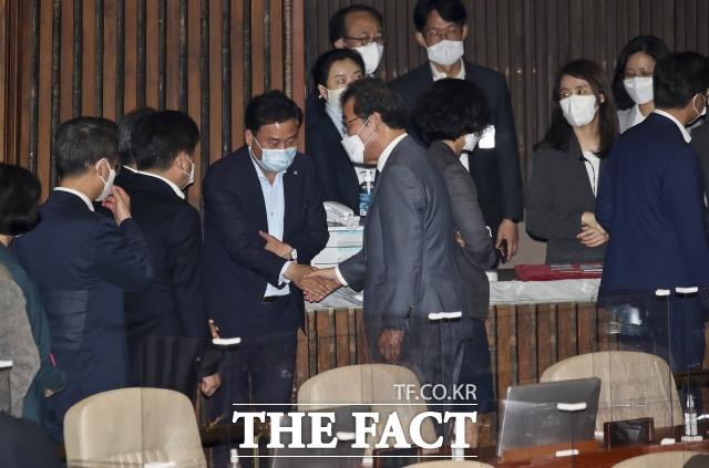지난 15일 국회에서 열린 제6차 본회의에서 의원직 사퇴한 가결 후 동료 의원들과 인사하는 이낙연 전 대표. /이선화 기자