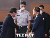 '높이뛰기 스타' 우상혁 일병과 인사 나누는 김부겸-홍남기 [포토]