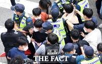 경찰에 연행되는 청년 시위대 [포토]