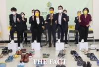 추석 인사하는 정의당 대선 후보, '신발 신고 민심의 바다로' [TF사진관]
