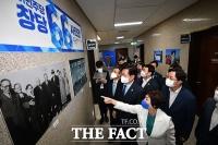 '창당 66년 맞은 민주당' 사진 속 역사 관람하는 송영길 [TF사진관]