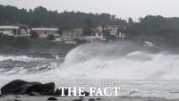 태풍 '찬투' 제주 서귀포 해상 지나며 강풍 동반한 '물폭탄'