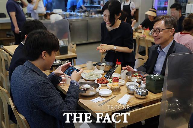 이 대표가 식사에 앞서 냉면을 자신의 휴대전화로 사진을 찍고 있다.