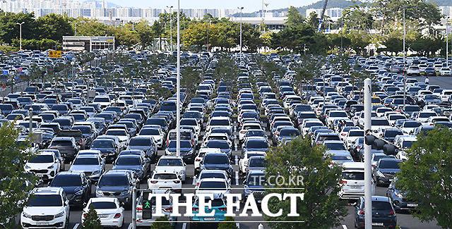 주차장에 빼곡히 자리한 차량들.