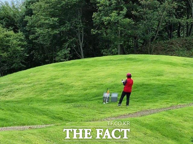17일 오후 전북 남원시 유곡리와 두락기 고분군(국가지정문화재 사적 542호)에서 한 50대 여성이 골프 연습을 즐기고 있다. /남원=최영 기자