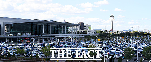 추석 연휴 첫날인 18일 오후 서울 강서구 공항동 김포국제공항 국내선 제1주차창에 여행객들의 차량이 가득 차 있다.