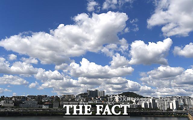 추석 연휴 첫날인 18일 오후 서울 동호대교 일대에서 바라 본 도심 위로 청명한 하늘과 구름이 장관을 이루고 있다. /이새롬 기자