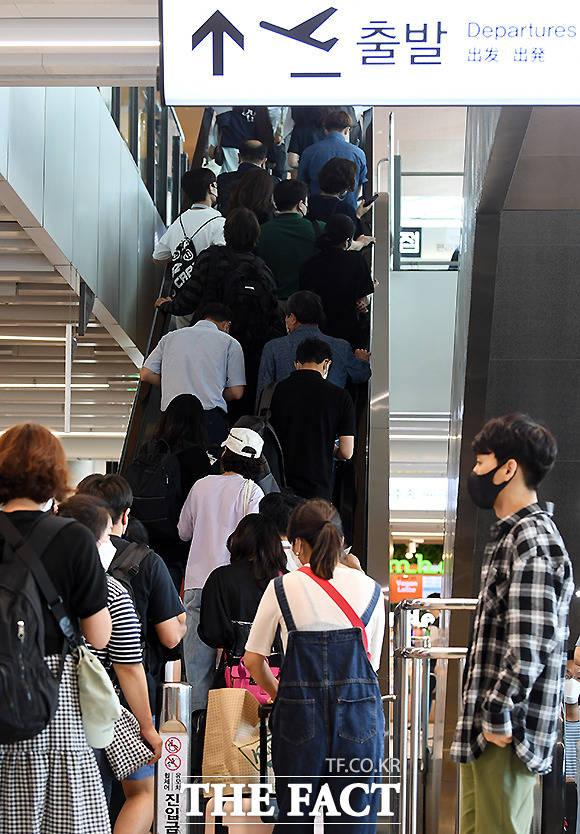 출국장으로 향하는 여행객들.