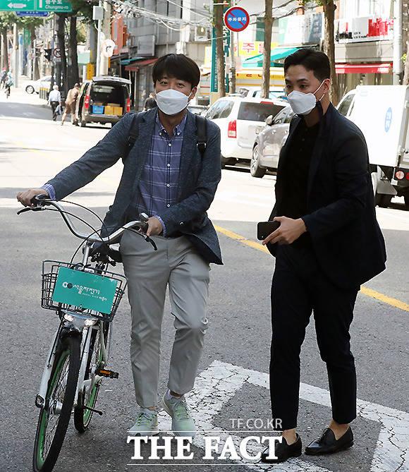 이준석 국민의힘 대표가 공유자전거 따릉이를 타고 최재형 대선 경선 후보와 오찬 회동을 하기로 한 음식점으로 도착하고 있다.