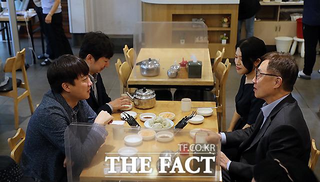 이준석 국민의힘 대표(왼쪽)와 최재형 대선 경선 예비후보가 18일 오후 서울 중구의 한 냉면전문점에서 오찬회동을 하고 있다. /이새롬 기자