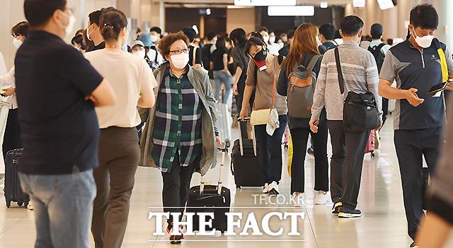 국내선 출국장 역시 여행객들로 붐비고 있다.
