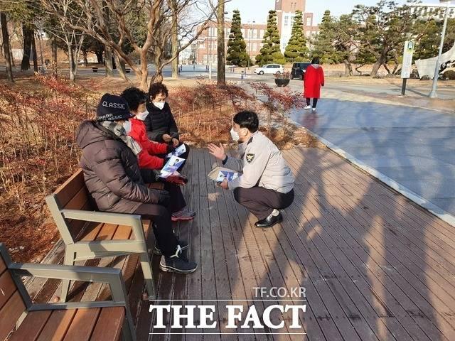 광주북부경찰이 공원에서 주민들을 상대로 시책을 설명하고 있다. / 북부경찰서 제공