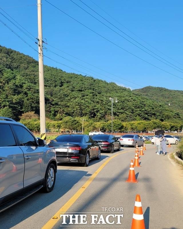불갑산 관광단지로 진입하는 차량들로 도로는 하루 종일 심각한 정체 현상을 보였다. / 사진=이병석 기자