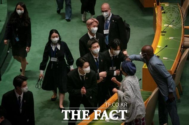 제2차 SDG Moment(지속가능발전목표 고위급회의) 개회식에 참석해 각국 정상들과 인사를 하고 있는 방탄소년단. /UN 제공