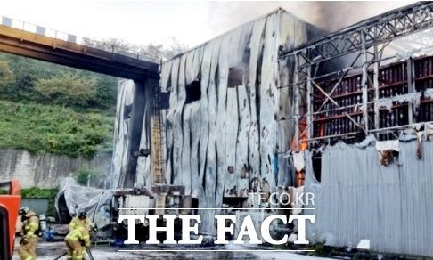 경주 폐기물공장서 불이나 9100여 만원의 재산피해가 났다./경북소방본부 제공.