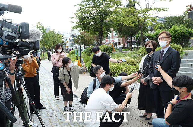 국민의힘 대선주자인 최재형 전 감사원장이 부인 이소연 씨와 낙태 반대 릴레이 1인 시위를 하기 앞서