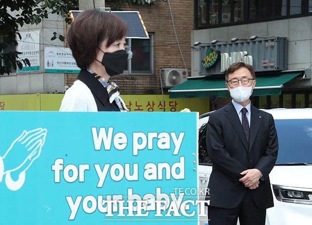 최재형 전 감사원장이 낙태 반대 릴레이에 참여하고 있는 부인 이소연 씨를 바라보고 있다.