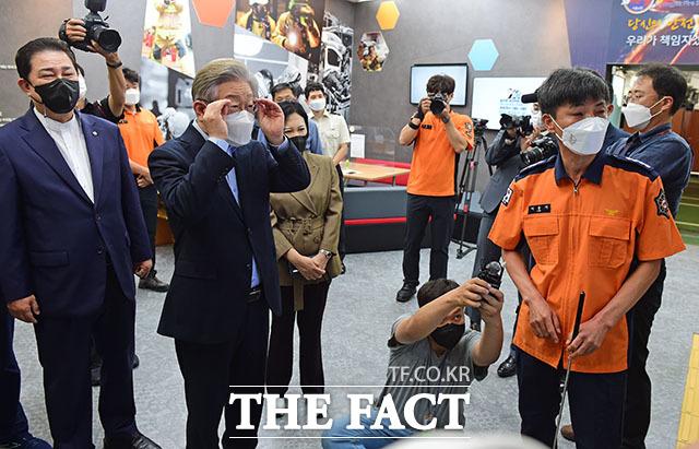 더불어민주당 대선주자인 이재명 경기도지사(왼쪽)가 추석 연휴 마지막 날인 22일 서울 동작소방서를 찾아 소방관들과 인사를 나누고 있다. /국회사진취재단