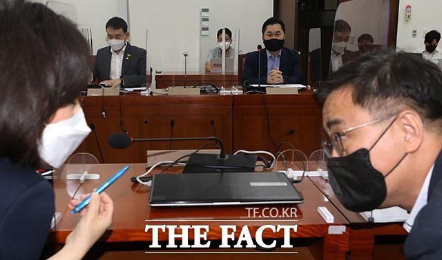 23일 오후 서울 여의도 국회에서 열린 언론중재법 여야 협의체 9차 회의에서 더불어민주당 김종민 의원(가운데)이 모두발언을 하는 동안 국민의힘 전주혜(왼쪽), 최형두 의원이 대화를 하고 있다. /국회=남윤호 기자