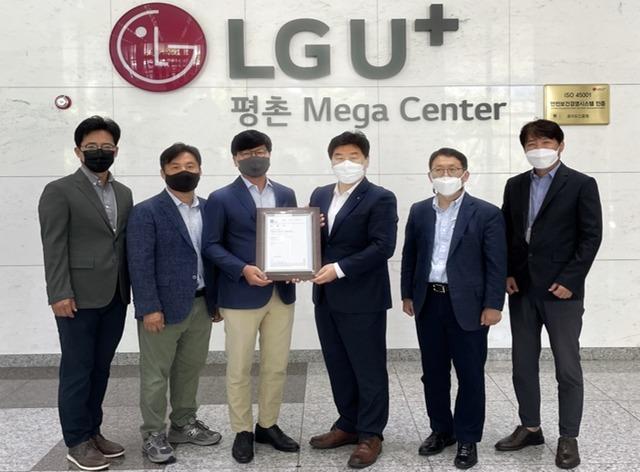 LG유플러스 평촌메가센터가 국내 인터넷데이터센터(IDC) 중 최초로 국제표준화기구(ISO)의 안전보건경영시스템 인증(ISO 45001)을 획득했다. 사진은 양무열 LG유플러스 NW인사지원담당, 김건우 LG유플러스 부동산안전관리담당 상무, 노성주 LG유플러스 NW플랫폼그룹장 상무, 이일형 로이드인증원 대표, 구성철 LG유플러스 유선사업담당, 이우정 LG유플러스 IDC담당이 평촌메가센터에서 열린 인증서 수여식에서 기념촬영을 하고 있는 모습(왼쪽부터). /LG유플러스 제공
