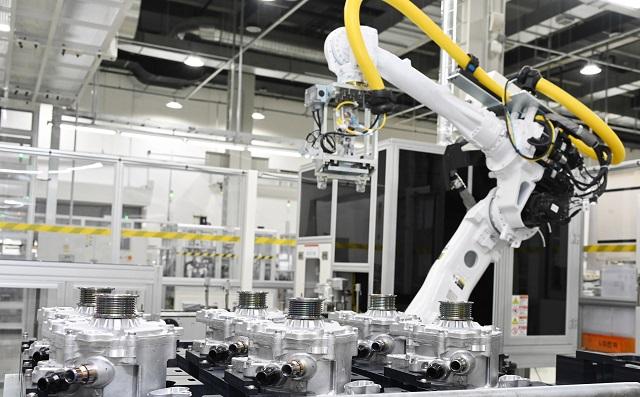 LG전자는 지난 7월 세계 3위의 자동차 부품 업체 마그나 인터내셔널과 함께 전기차 파워트레인 분야 합작법인인 엘지마그나 이파워트레인을 설립했다. 엘지마그나 이파워트레인 인천사업장 내 자동차 부품 생산라인에서 산업용 로봇이 전기차의 주행 성능을 좌우하는 핵심 부품인 전기차 파워트레인을 조립하는 모습. /LG전자 제공