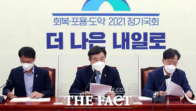 윤호중 더불어민주당 원내대표(가운데)가 23일 오전 서울 여의도 국회에서 열린 정책조정회의에서 발언하고 있다. /국회=이선화 기자