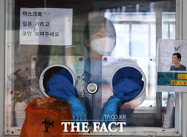 서울의 신종 코로나바이러스 감염증(코로나19) 확진자가 연휴 영향에도 3일째 600명 대를 유지했다. 추석 명절을 하루 앞둔 20일 오전 서울 중구 임시선별진료소의 의료진들이 명절 연휴에도 코로나19 검사를 위해 자리를 지키고 있다. /임영무 기자