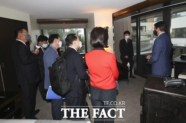이준석 국민의힘 대표와 방미단이 22일(현지시간) 미국 워싱턴 워터게이트 호텔에서 워터게이트 사건이 발생했던 방을 둘러보는 모습. /국민의힘 제공