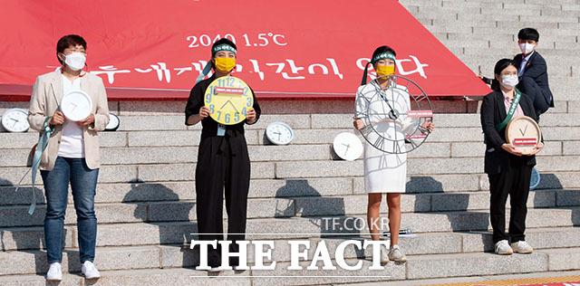 시간이 얼마 남지 않았어요... 시계 퍼포먼스하는 청년정의당 강민진 대표(왼쪽에서 세 번째)와 정의당 류호정 의원(왼쪽 두번째)./정의당 제공