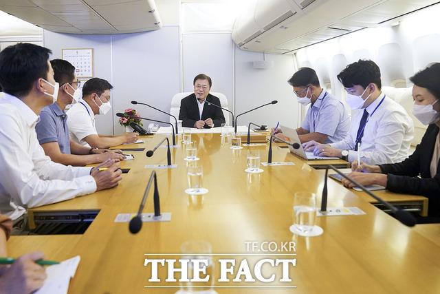 청와대와 정부에서는 언론중재법 신중 기류가 감지된다. 지난 23일 공군 1호기 회의실에 미국 순방에 동행한 기자들과 간담회를 하고 있는 문재인 대통령(가운데). /청와대 제공