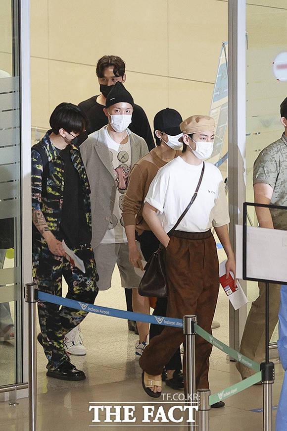 미국 뉴욕에서 열린 유엔 총회 일정을 마친 그룹 방탄소년단(BTS)이 24일 오전 인천국제공항 제2여객터미널을 통해 귀국하고 있다. /뉴시스