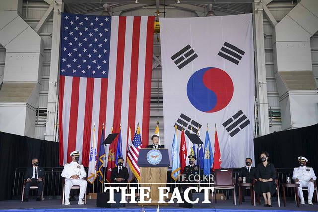 문 대통령이 지난 22일(현지시간) 미국 히캄 공군기지 19번 격납고에서 열린 한미 유해 상호 인수식에서 추모사를 하고 있다. /청와대 제공