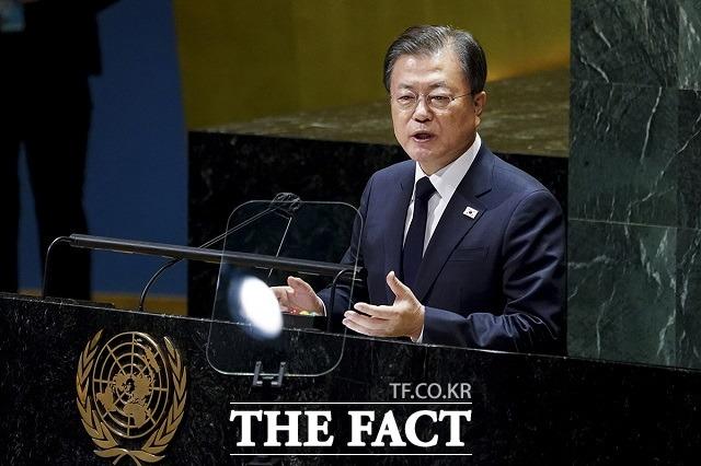 문재인 대통령이 21일(현지시간) 미국 뉴욕 유엔 총회장에서 기조연설을 하는 모습. 연설에서 코로나19 위기로부터의 포용적 회복, 기후위기 대응, 한반도 종전선언을 위한 국제사회의 지지 등을 강조했다. /청와대 제공