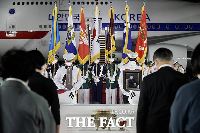 묵념하는 문 대통령 내외와 참석자들.