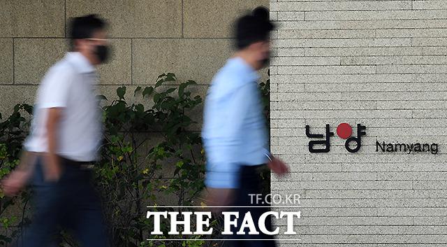 홍원식 남양유업 회장이 경영권 분쟁을 겪는 사모펀드(PEF) 운용사 한앤컴퍼니를 상대로 법적 대응에 나섰다. /이새롬 기자