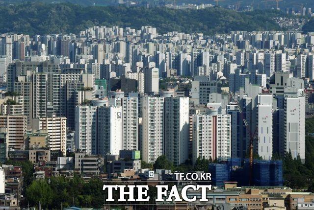 한국건설산업연구원과 신용평가기관 코리아크레딧뷰로는 최근 발표한 보고서에서 치솟은 집값과 대출규제 등으로 30·40대 무주택자들의 주택 구매 여력이 부족한 상황이라고 분석했다. /더팩트 DB