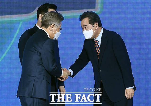 25일 오후 광주 서구 김대중컨벤션센터에서 더불어민주당 대선 후보 선출을 위한 광주·전남 합동연설회가 열린 가운데, 이재명 후보(왼쪽)와 이낙연 후보가 악수를 하고 있다./광주=이새롬 기자