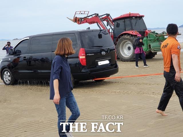 주민들과 구조 대원이 트랙터와 굴삭기를 동원해 차량을 꺼냈다. / 독자 제공