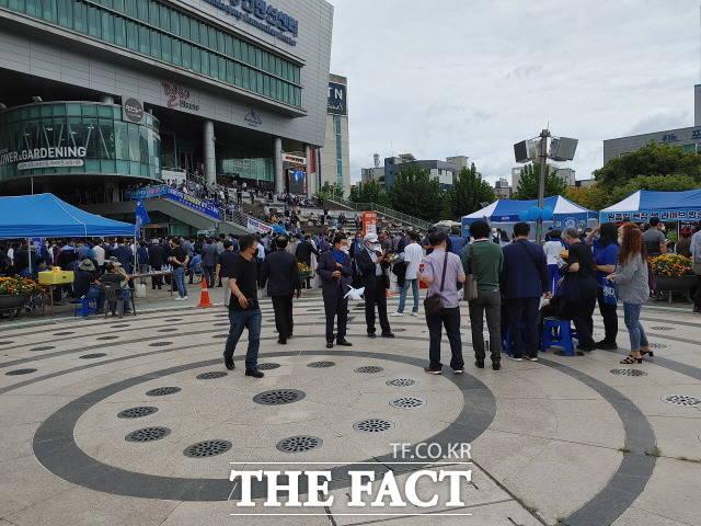 더불어민주당 대선 후보 경선 최대 승부처로 알려진 광주전남 경선이 열린 25일, 김대중컨벤션센터 광장은 오전부터 지지자들의 열기로 뜨겁게 달궈졌다./광주=박호재 기자