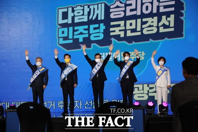 25일 오후 광주 김대중컨벤션센터에서 열린 광주전남 경선 정견발표를 앞두고 포토타임을 갖고 있는 5인 후보들./광주=박호재 기자