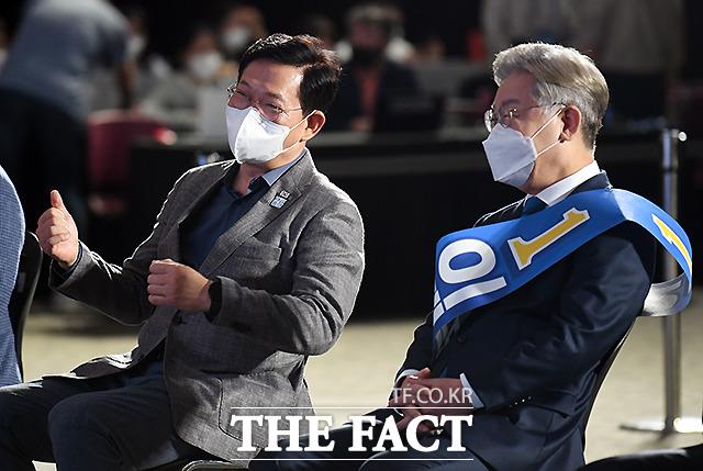 대화 나누는 송영길 대표(왼쪽)와 이재명 후보.